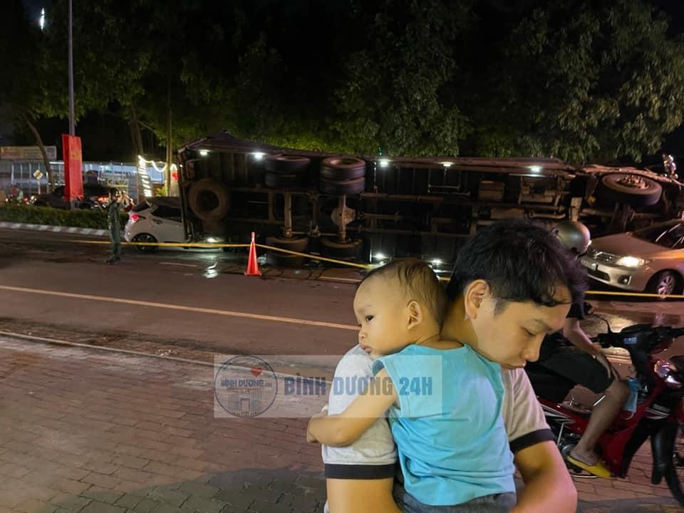 Người đàn ông lái chiếc ô tô Hyundai Grand i10 bế con trai chạy thoát khỏi xe