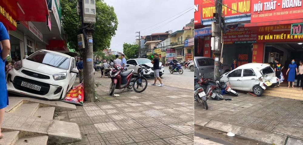 Chiếc Kia Morning tông trúng 2 chiếc xe máy và 2 chiếc xe đạp điện dựng trên vỉa hè