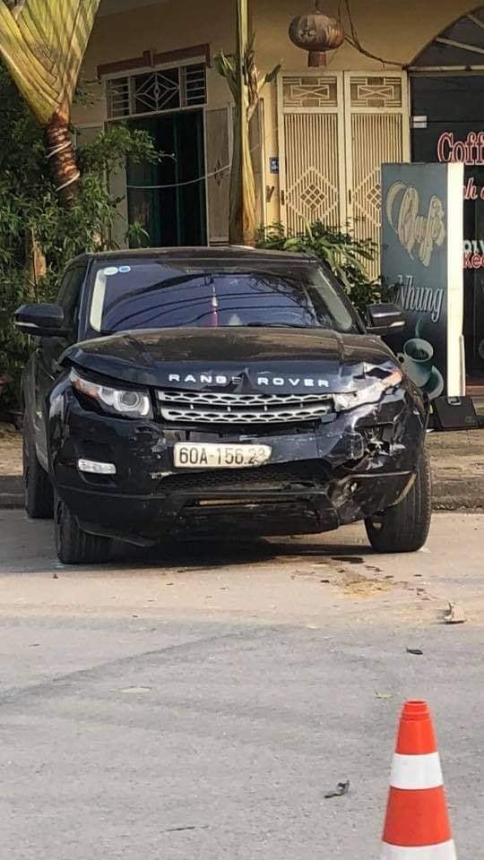 Chiếc Range Rover biến dạng đầu xe