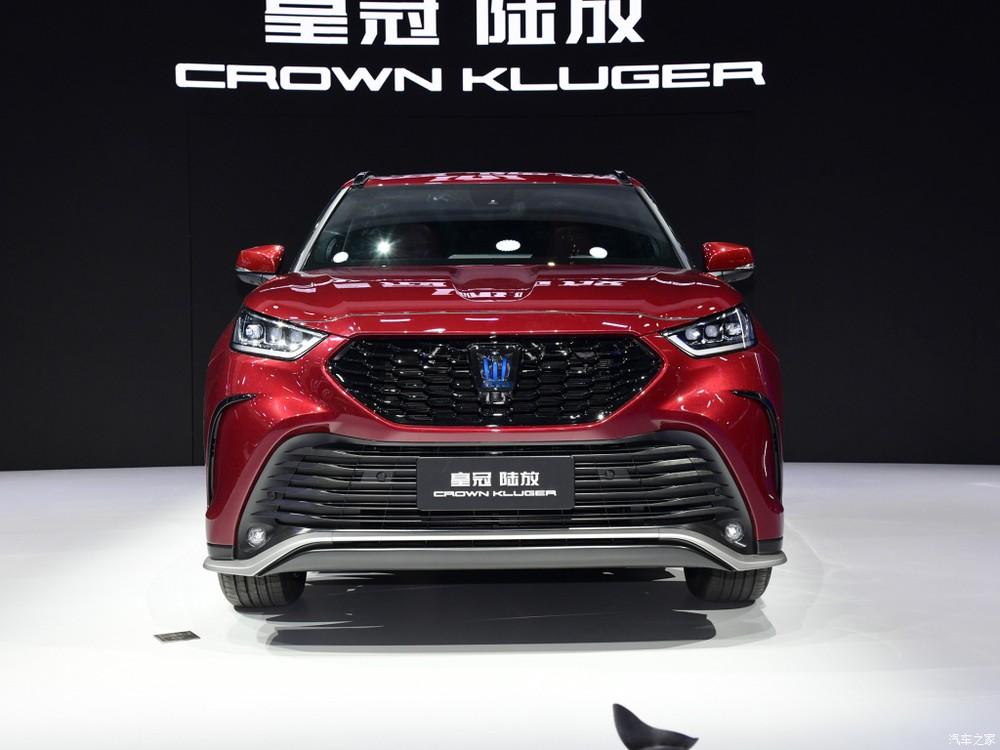 Cận cảnh đầu xe của Toyota Crown Kluger
