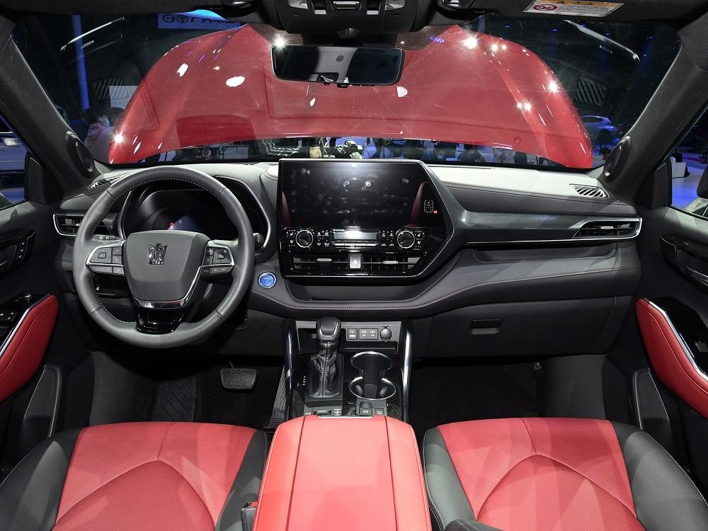 Nội thất bên trong Toyota Crown Kluger