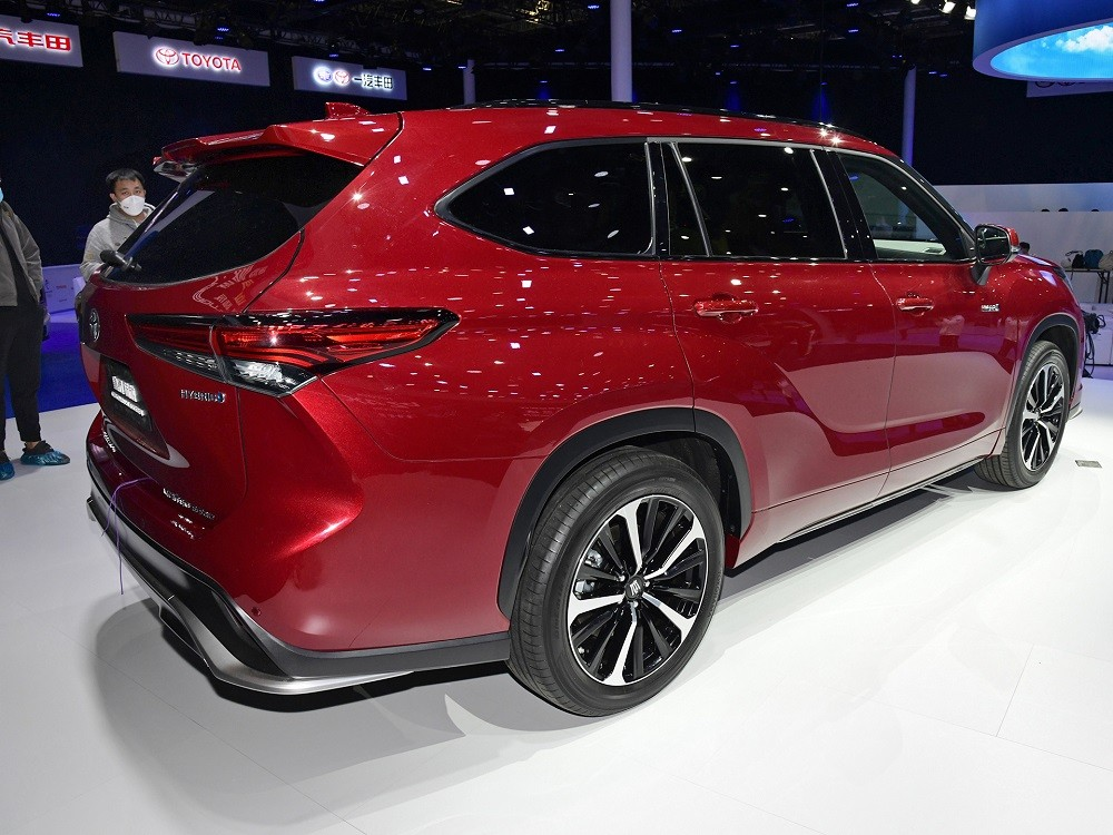 Thiết kế đằng sau của Toyota Crown Kluger