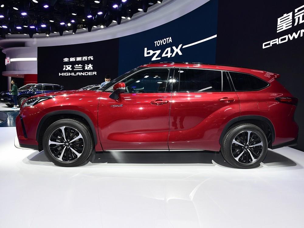 Toyota Crown Kluger thuộc phân khúc SUV cỡ trung
