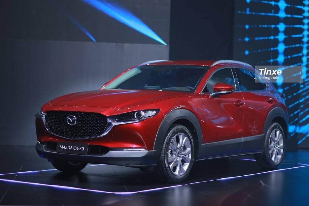 Mazda CX-30 sở hữu kích thước tổng thể là4.395 x 1.795 x 1.540 mm (D x R x C), cùng chiều dài cơ sở đạt 2.655 mm, lớn hơn các mẫu xe SUV cỡ B nhưng chưa bằng crossover cỡ C.