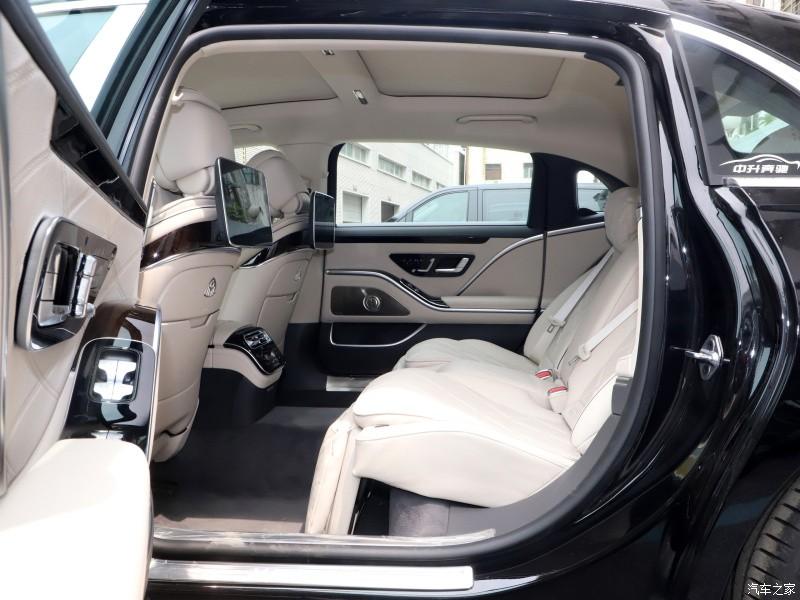 Hàng ghế sau rộng rãi của Mercedes-Maybach S480 2021