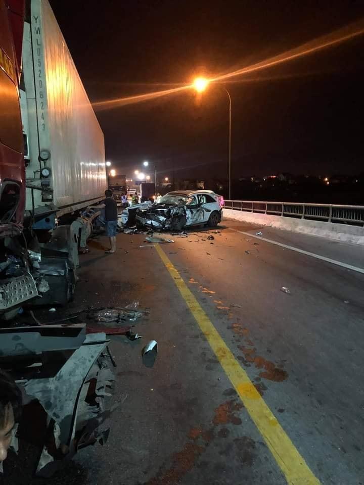 Tài xế điều khiển chiếc SUV hạng sang Mercedes-Benz GLC đã tử vong sau vụ tai nạn liên hoàn