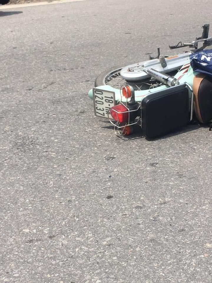 Chiếc xe máy chở 2 học sinh tại hiện trường vụ tai nạn