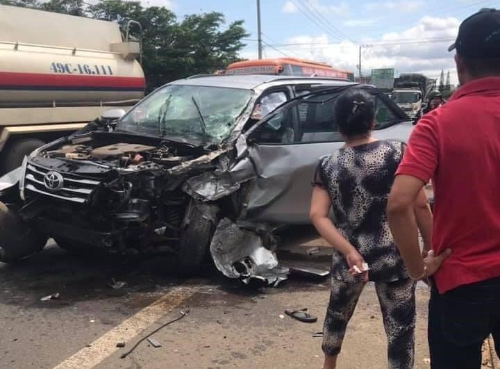 Xe Toyota Fortuner vỡ nát hết phần đầu xe