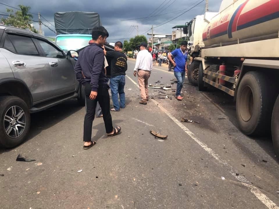 Người dân theo dõi vụ tai nạn