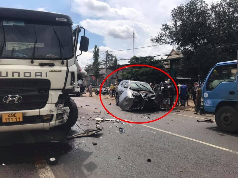 Vụ tai nạn khiến 2 phương tiện hỏng nặng nhưng chưa rõ thương vong về người