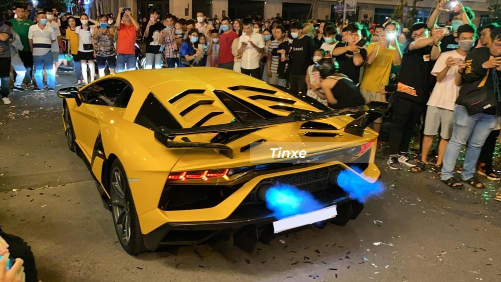 Lamborghini Aventador SVJ được người điều khiển cho nẹt pô khạc lửa hơn 3 phút