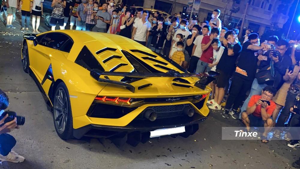 Chiếc siêu xe Lamborghini Aventador SVJ nhanh chóng được người lái điều khiển vào vị trí đỗ