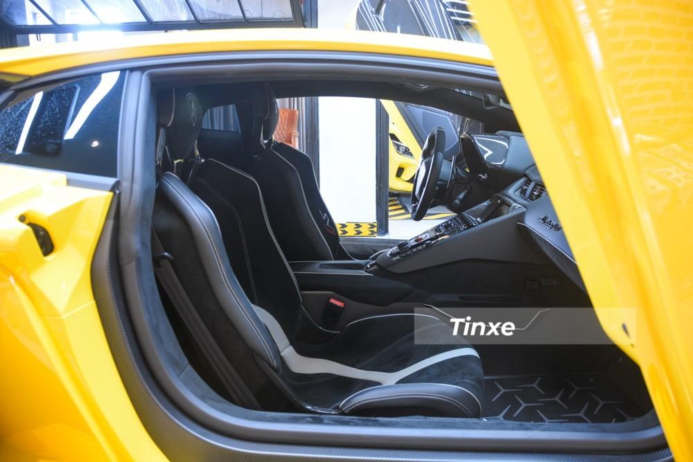 Khoang lái siêu xe Lamborghini Aventador SVJ màu vàng