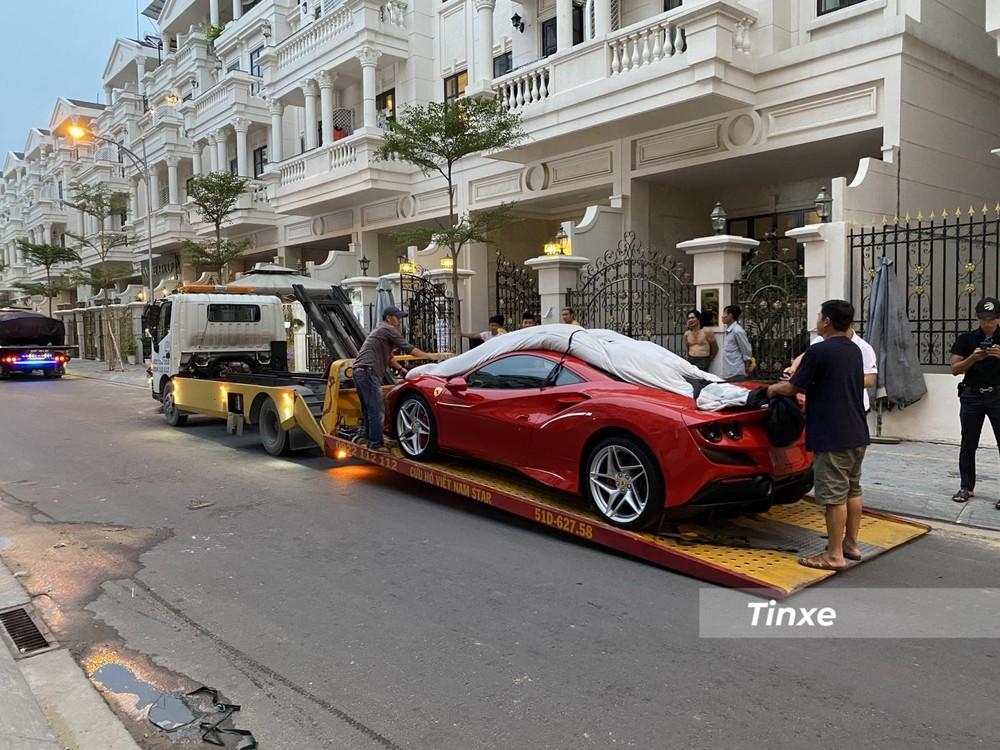 Chiếc siêu xe Ferrari F8 Tributo được vận chuyển đến Gò Vấp cùng Ferrari SF90 Stradale bằng xe chuyên dụng