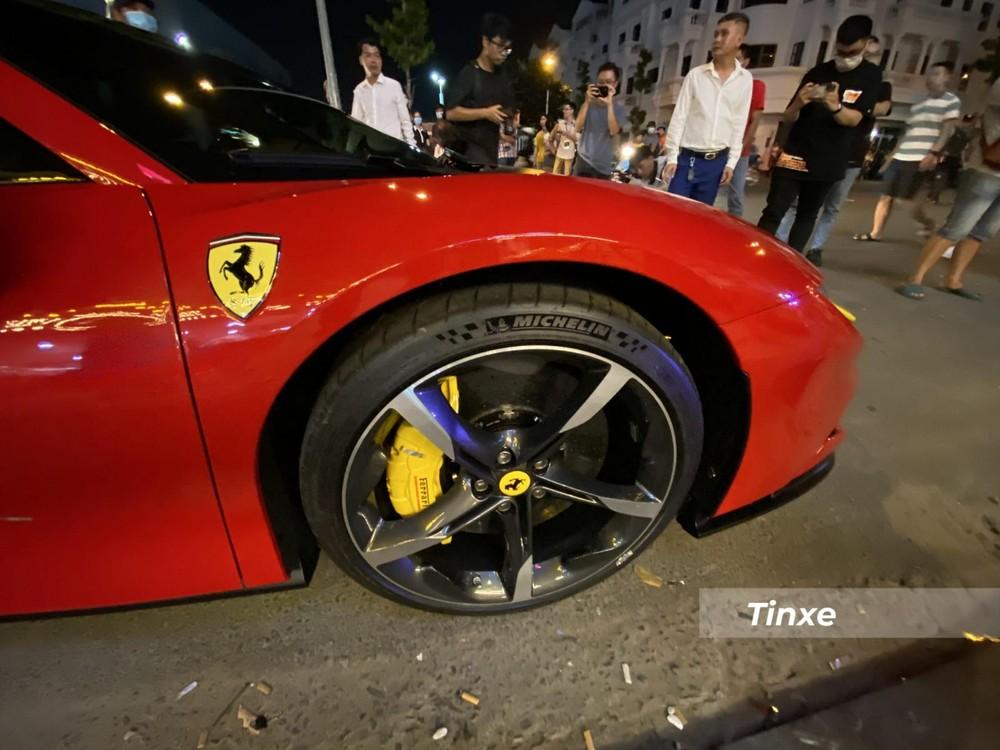 Mâm xe là loại cơ bản, 5 chấu đơn sơn 2 tông màu tương phản, trong khi nếu chọn đúng gói Assetto Fiorano sẽ có trang bị mâm carbon.