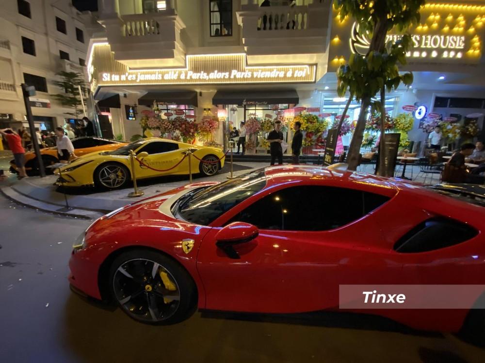 Ngoài bộ tem ra, chiếc siêu xe Ferrari SF90 Stradale từng của nữ doanh nhân Gò Vấp có thêm trang bị cánh gó đuôi carbon trong gói tuỳ chọn Assetto Fiorano.
