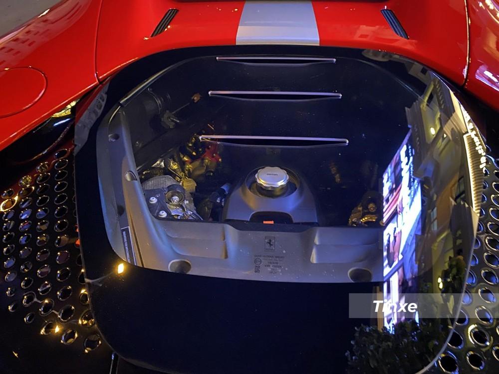 Cung cấp năng lượng cho 3 mô-tơ điện có tổng công suất 217 mã lực này là cụm pin lithium-ion 7,9 kWh. Kết hợp 3 mô-tơ điện với động cơ xăng V8, siêu phẩm hybrid Ferrari SF90 Stradale có tổng công suất tối đa lên đến 1.000 mã lực. Ferrari SF90 Stradale chính là siêu xe plug-in hybrid đầu tiên trong lịch sử của hãng Ferrari.