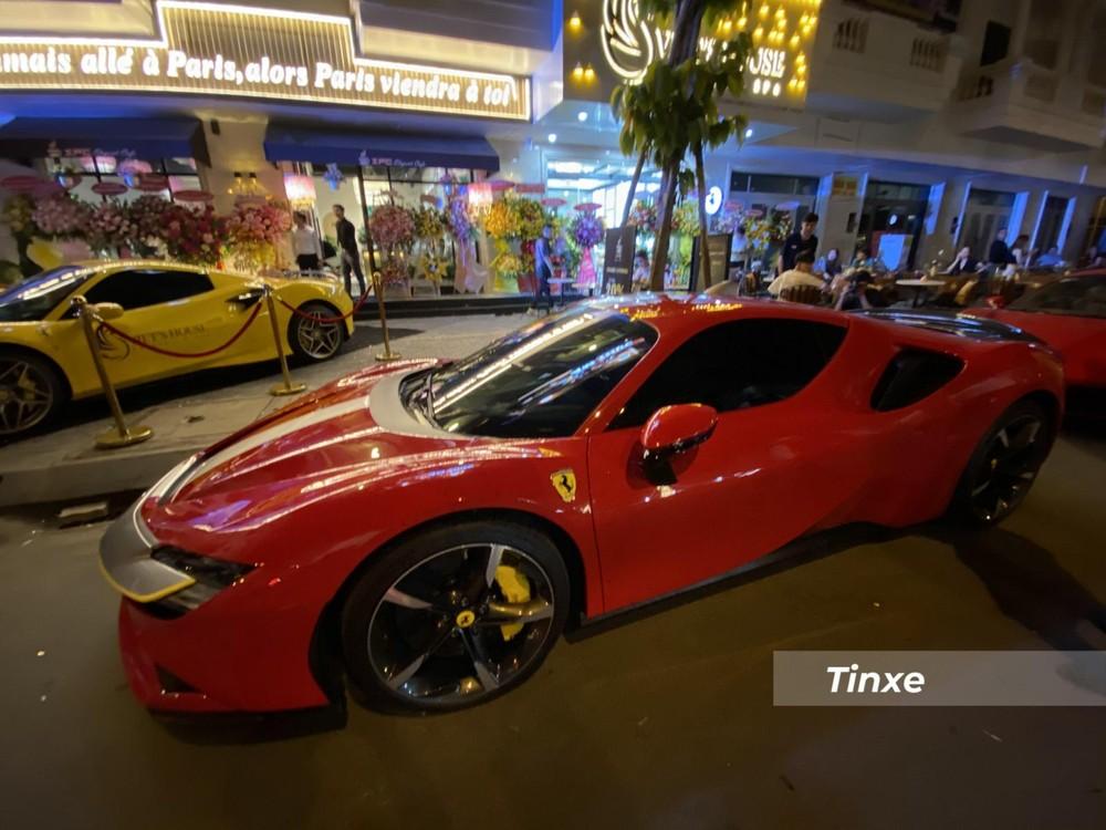 Thực tế, gói Assetto Fiorano bao gồm nhiều tuỳ chọn mà trên 2 chiếc siêu xe Ferrari SF90 Stradale về Việt Nam chỉ sở hữu vài chi tiết nhưng bộ đôi này lại không có bộ tem chiến trên.