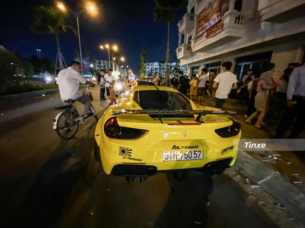 Xe đã được dán ngoại thất màu vàng