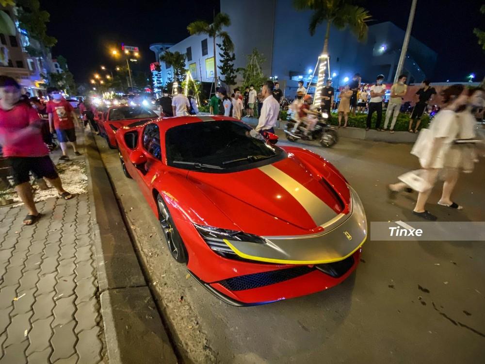 Siêu xe Ferrari SF90 Stradale và xếp hàng phía sau là Ferrari 488 GTB biển ngũ quý 5 cùng Ferrari F8 Tributo