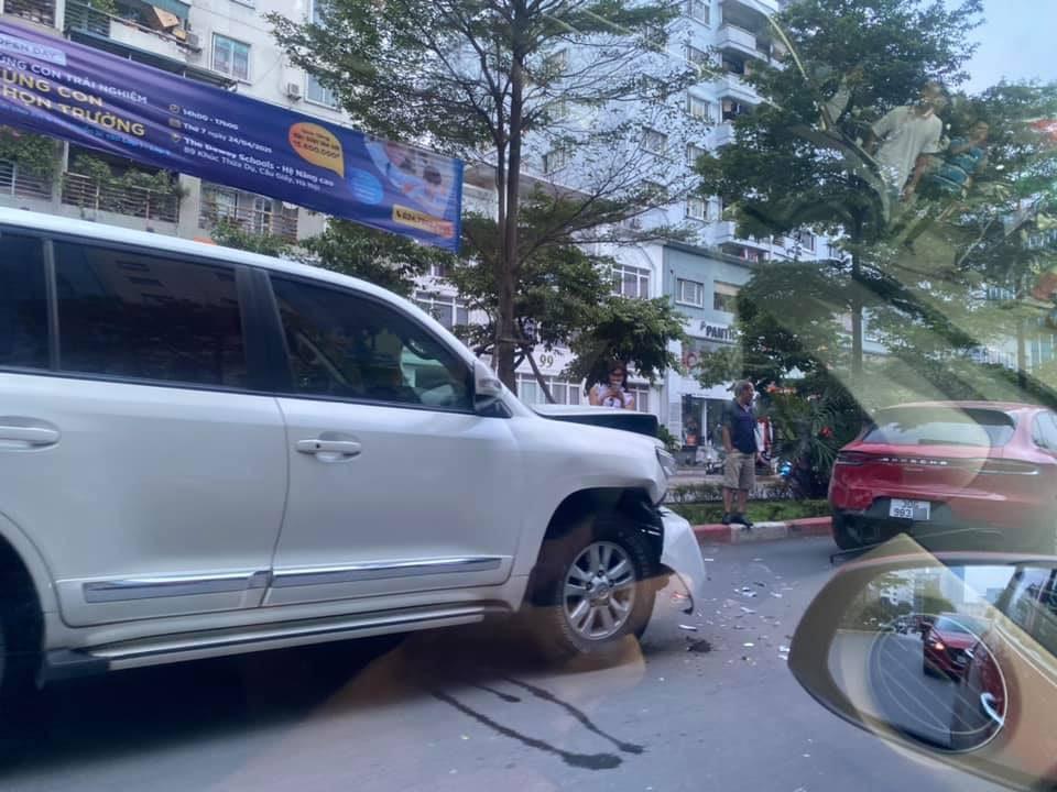 Mảnh vỡ của 2 chiếc xe nằm vương vãi trên mặt đường