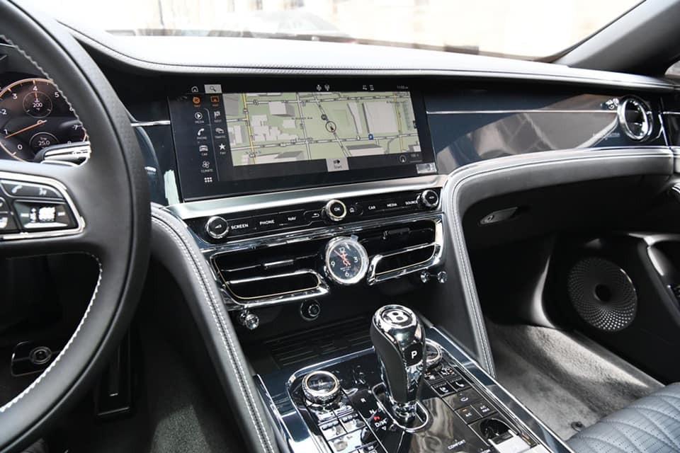 Bảng điều khiển trung tâm của chiếc xe siêu sang Bentley Flying Spur First Edition 2021