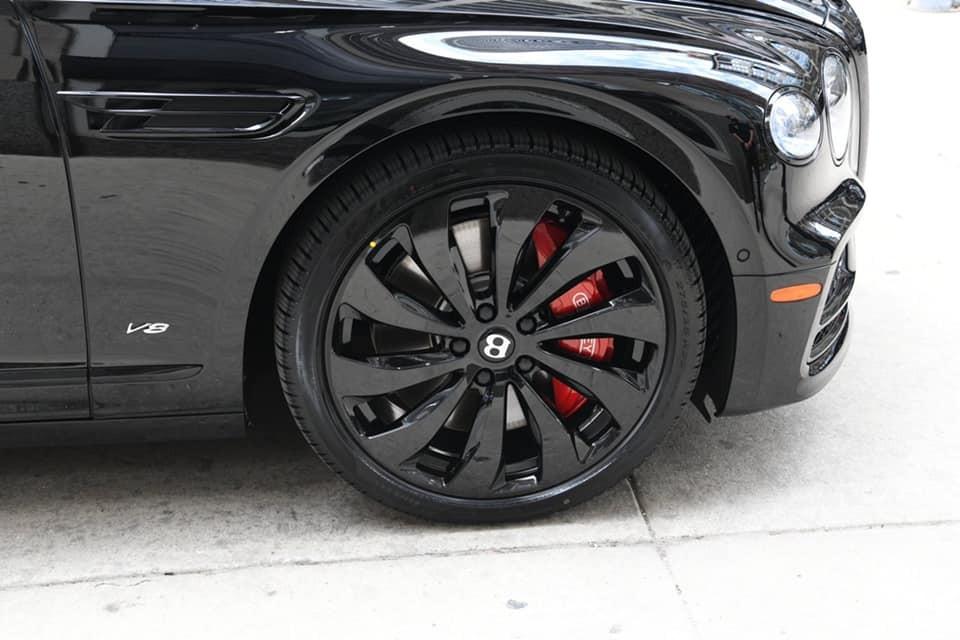Xe có màu sơn đen cùng gói tuỳ chọn đen bao gồm bộ mâm sơn tối màu kết hợp kẹp phanh màu đỏ