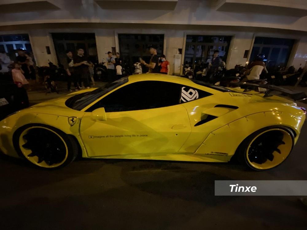 Không chỉ thế, ngoại hình của chiếc siêu xe Ferrari 488 GTB độ Liberty Walk độc nhất Việt Nam còn được tạo điểm nhấn với vô số chi tiết bằng carbon.