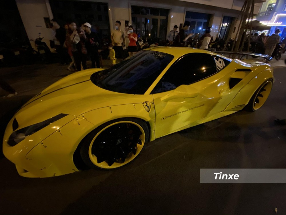 Trong số hàng trăm siêu xe và xe thể thao từng thay áo bằng đề-can, có lẽ, chiếc siêu xe Ferrari phiên bản 488 GTB độ Liberty Walk độc nhất Việt Nam là 1 trong số ít các xe có số lần thay áo trên con số 6. Nhiều bộ áo từng qua diện mạo của chiếc xe này như xanh ngọc, đỏ, đen nhám-sọc vàng, vàng-đen, trắng-xanh hay mới đây nhất là màu vàng bóng đẹp mắt.