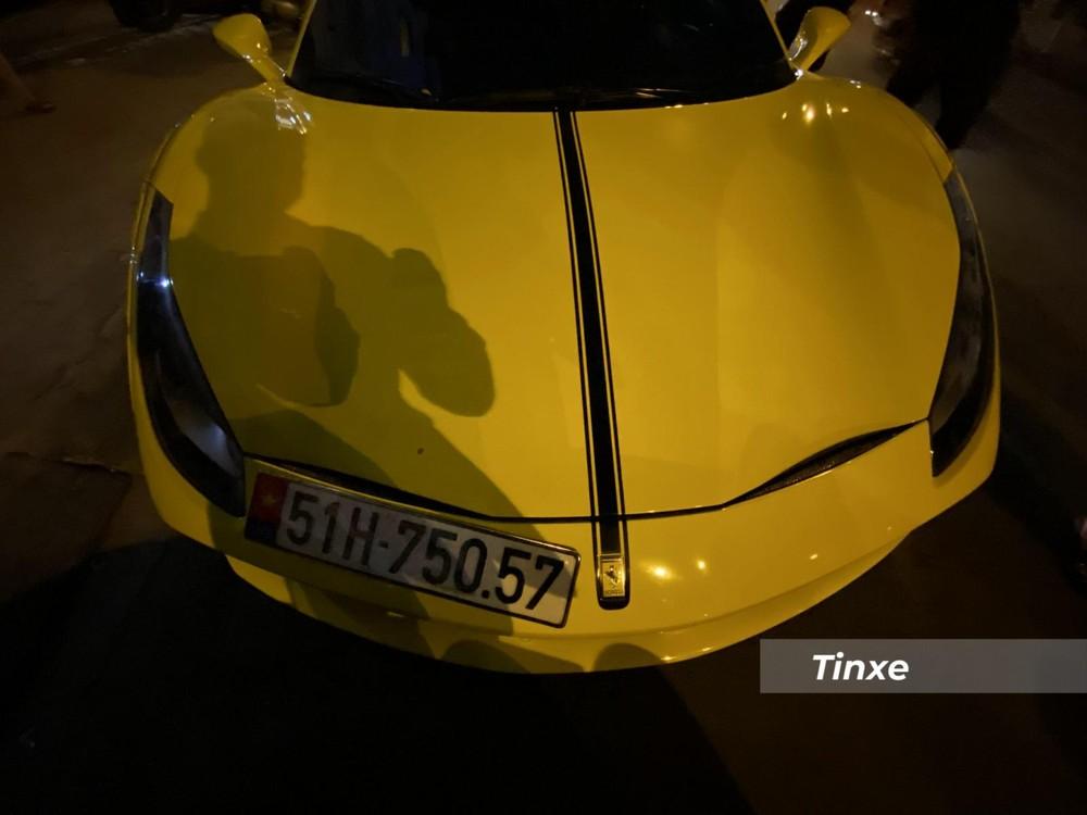 Chưa dừng lại đó, một sọc nhỏ màu đen chạy chính giữa phần đầu của siêu xe Ferrari 488 GTB độ Liberty Walk này cũng mang đến sự khác lạ cho xe.