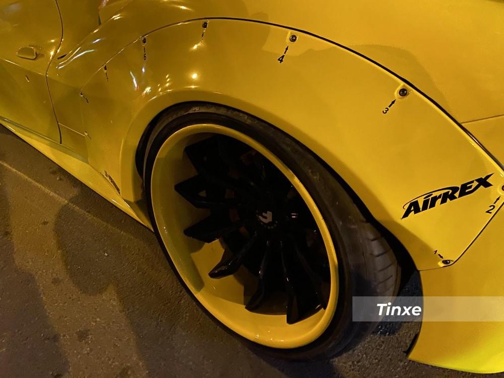 Cuối cùng là bộ mâm độ Forgiato của chiếc siêu xe Ferrari 488 GTB độ Liberty Walk có một không hai tại dải đất hình chữ S được khoác màu vàng bóng ở viền mâm nhằm tạo tính tương phản tốt hơn khi các chấu mâm độ được sơn đen.