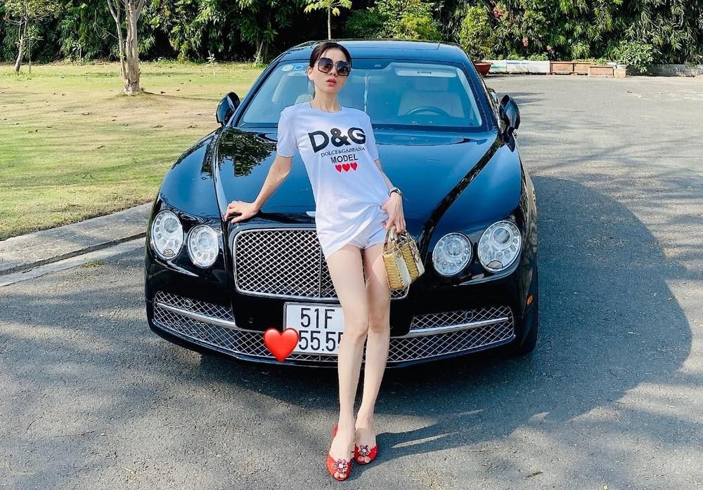 Trước khi ly hôn với Lệ Quyên, doanh nhân Đức Huy hay cùng vợ cũ di chuyển trên chiếc xe siêu sang Bentley Flying Spur đời cũ mang biển tứ quý 5