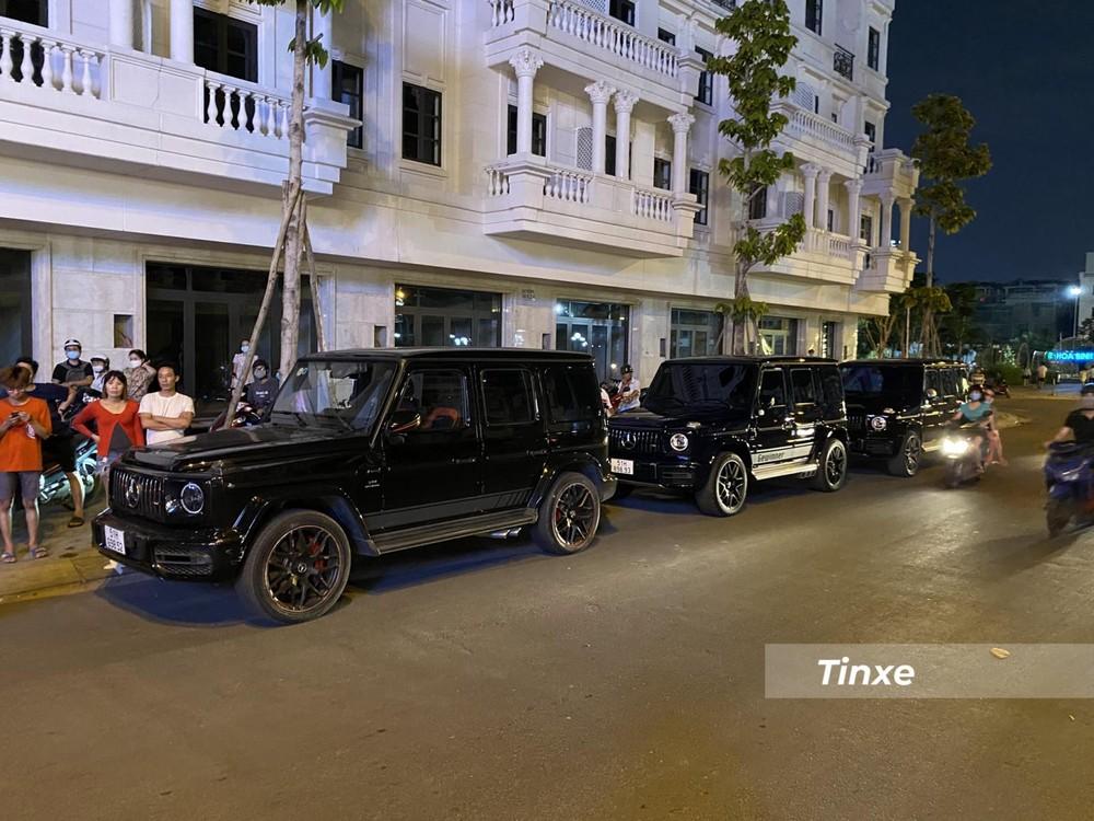 Còn đây là hình ảnh 3 chiếc xe SUV hạng sang Mercedes-AMG G63 xếp hàng dài trên đường phố quận Gò Vấp