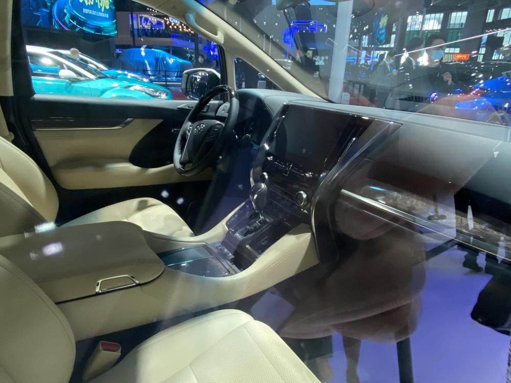 Nội thất của Toyota Crown Vellfire