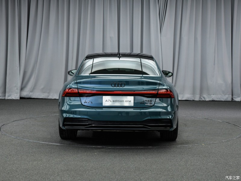 Audi A7L 2021 nhìn từ phía sau