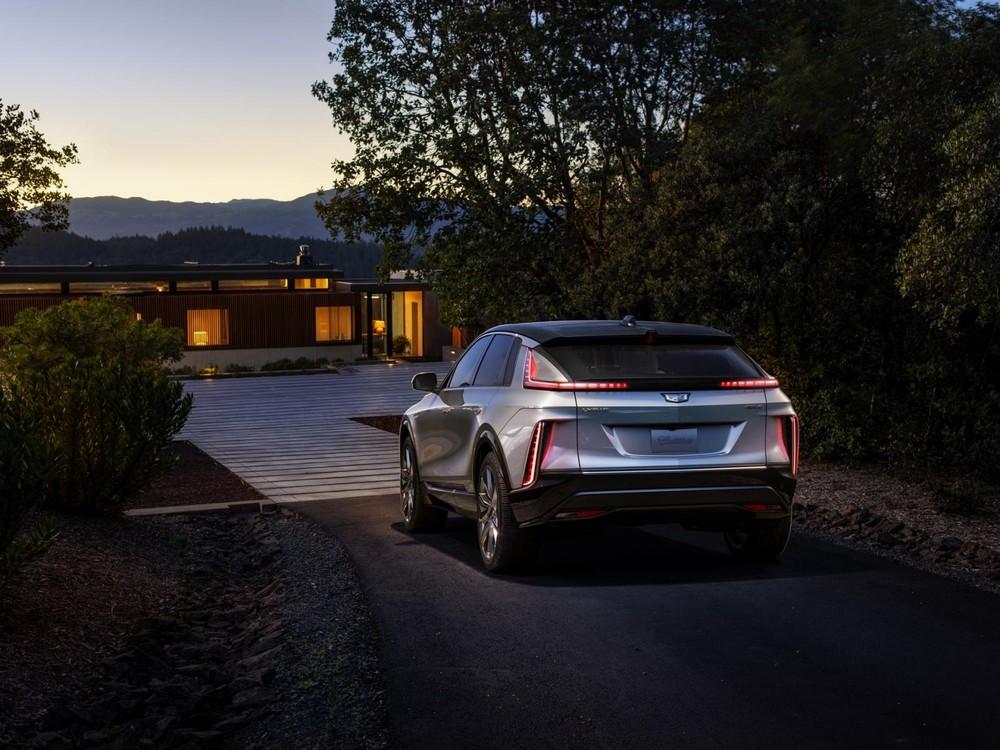Cadillac Lyriq 2023 nhìn từ phía sau