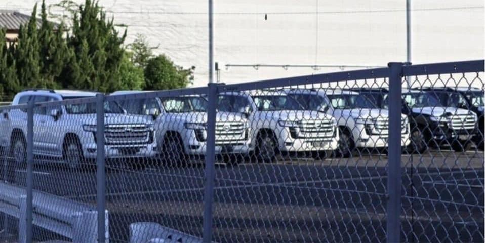 Lô xe Toyota Land Cruiser thế hệ mới bị chụp khi đang nằm trong bãi đỗ