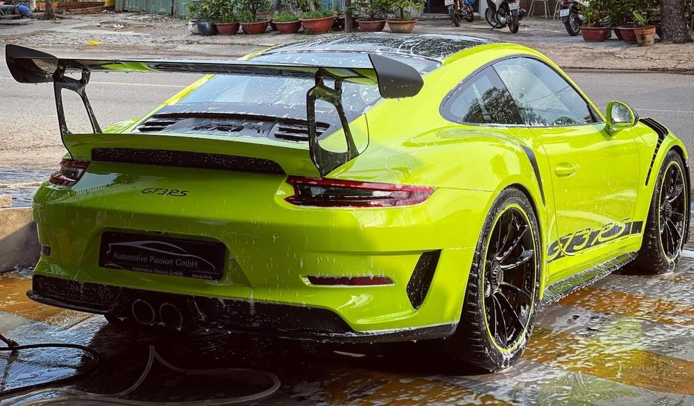 Hình ảnh chiếc xe Porsche 911 GT3 RS màu xanh lá dạ quang trên đường phố Sài thành