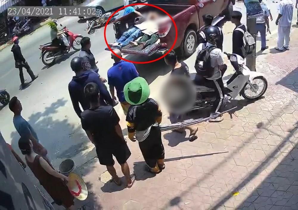 Các nạn nhân được đưa đi cấp cứu bằng xe bán tải