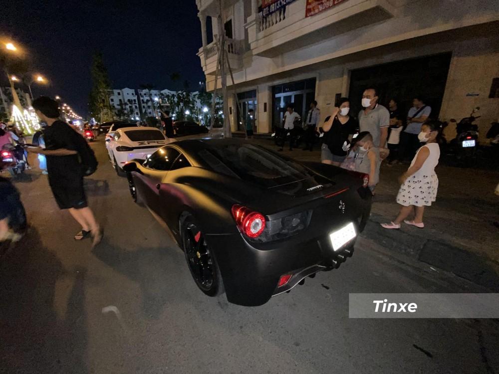 Hiện chiếc xe Ferrari 458 Italia này đã được thay áo đen nhám
