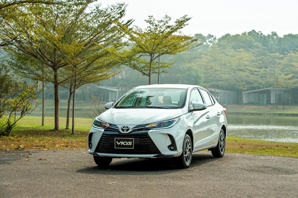 Toyota Vios 2021 là phiên bản nâng cấp giữa vòng đời với diện mạo thay đổi nhẹ hướng tới phong cách hiện đại hơn.