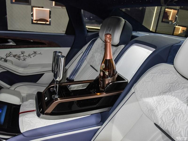 Chai champagne và ly rượu trong Hồng Kỳ H9+ White Magnolia Custom Edition