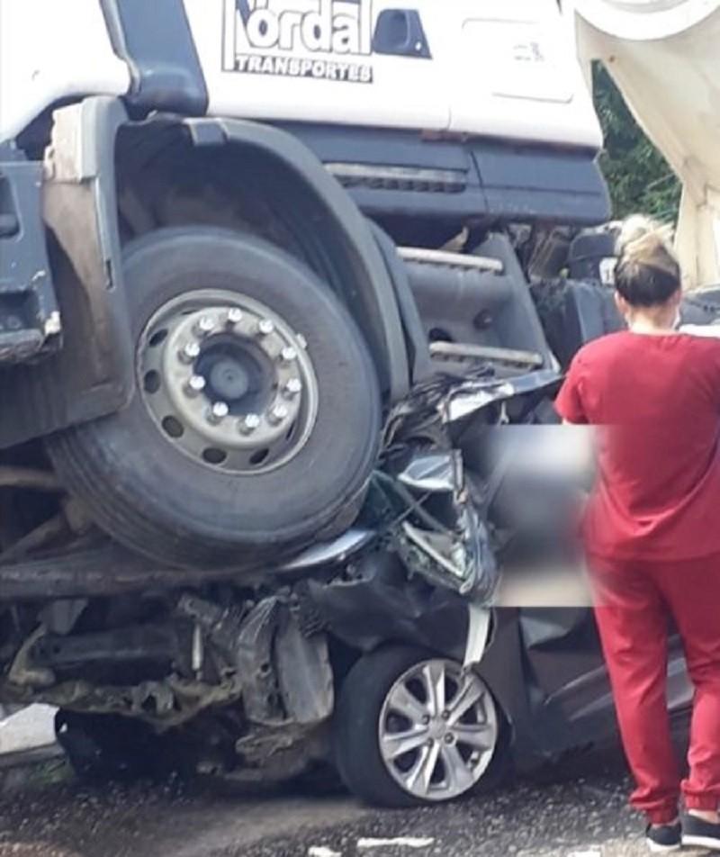 5 người ngồi bên trong chiếc ô tô con đều tử vong