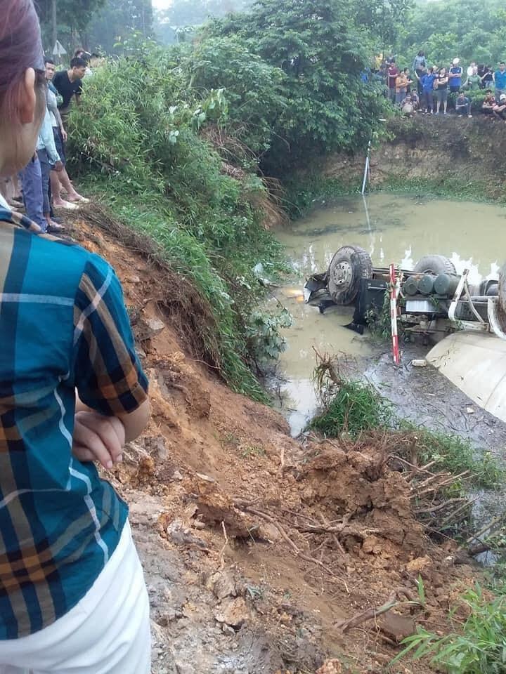 Người dân tập trung tại hiện trường vụ tai nạn