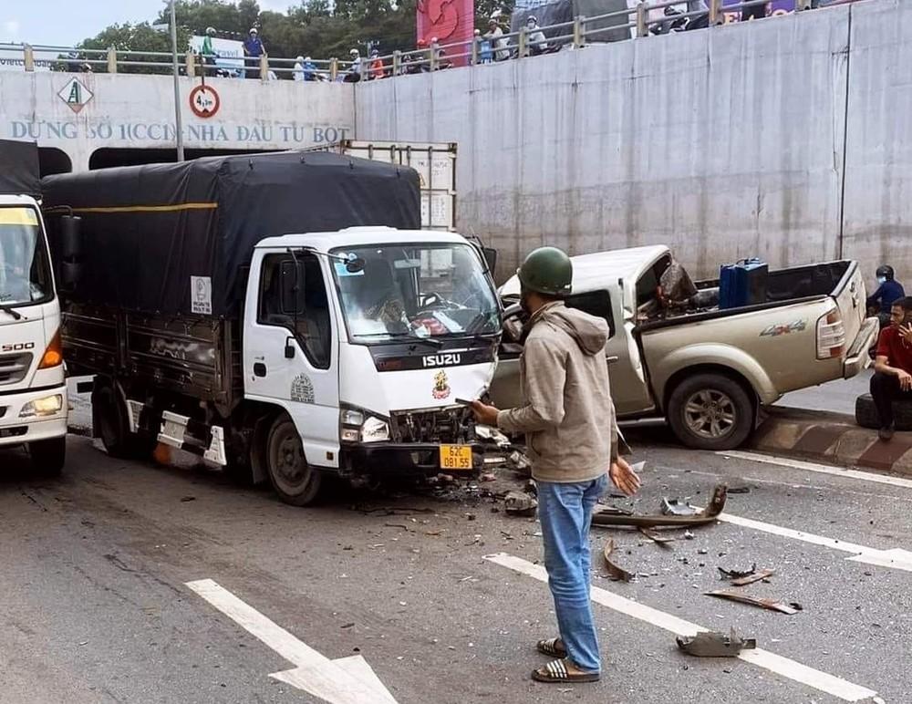 Chiếc xe tải vỡ nát cản va trước cùng kính chắn gió và một góc đầu xe phía tài xế