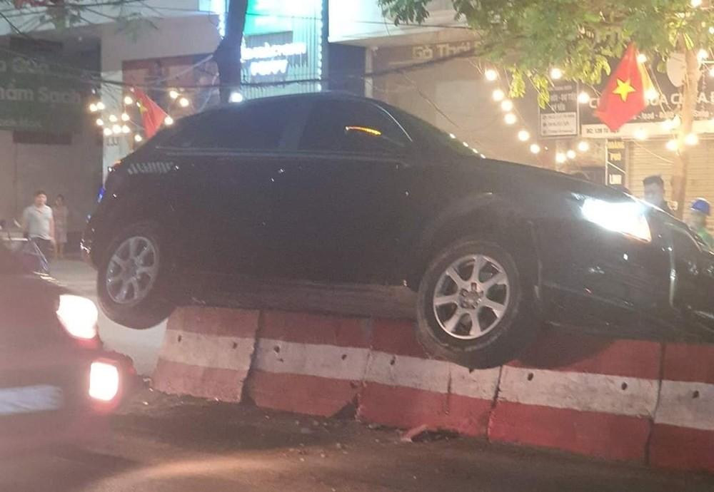 Chiếc xe Audi bị mắc kẹt trên dải phân cách