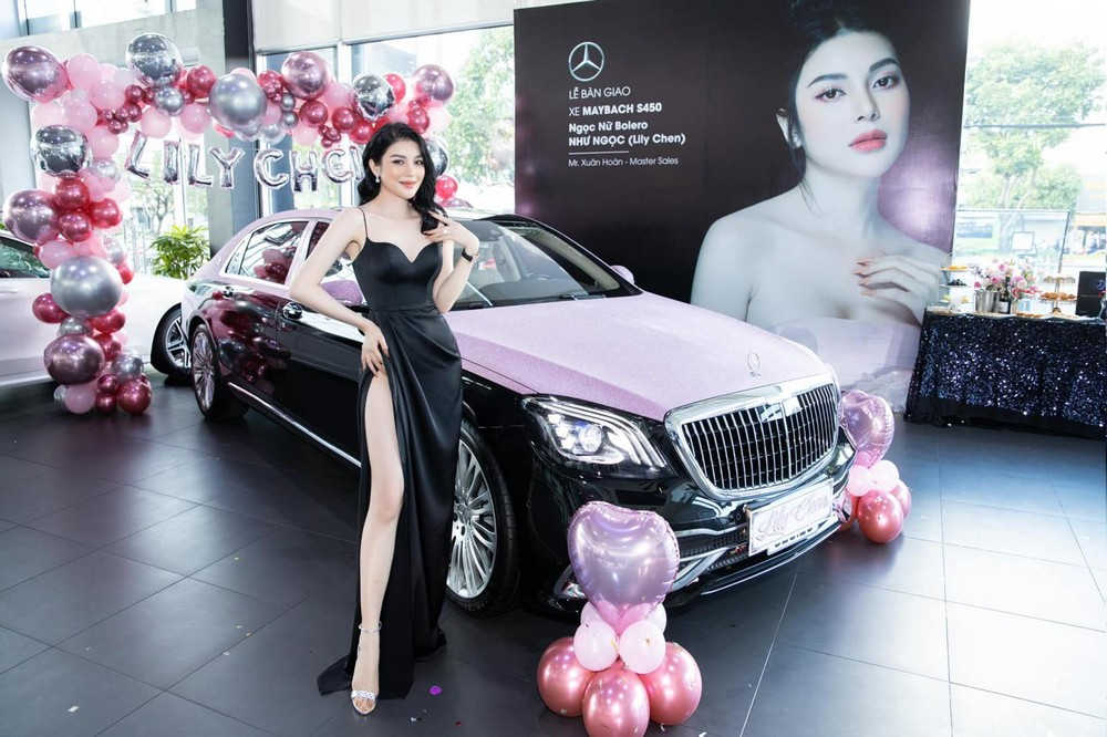 Ca sĩ Lily Chen cá tính trong ngày nhận bàn giao xe siêu sang Mercedes-Maybach S450 4Matic