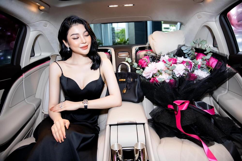 Ngọc nữ bolero Lily Chen bên trong khoang lái chiếc xe siêu sang Mercedes-Maybach S450 4Matic