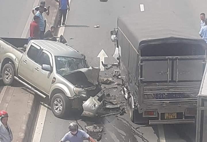 Hiện trường vụ tai nạn giữa xe ô tô tải và xe bán tải Ford Ranger tại hầm chui Tam Hiệp