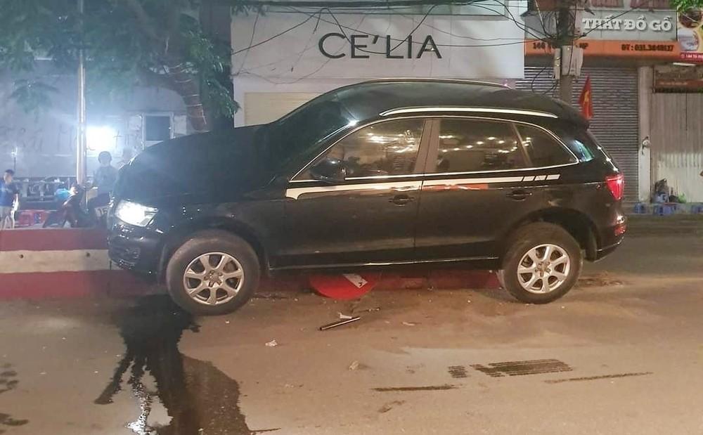 Chiếc xe Audi tông vào biển báo rồi lao lên dải phân cách